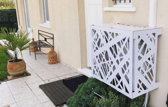 Cache climatiseur blanc devant un logement