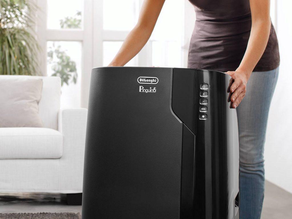 Un climatiseur mobile 12 000 BTU dans une pièce à vivre.