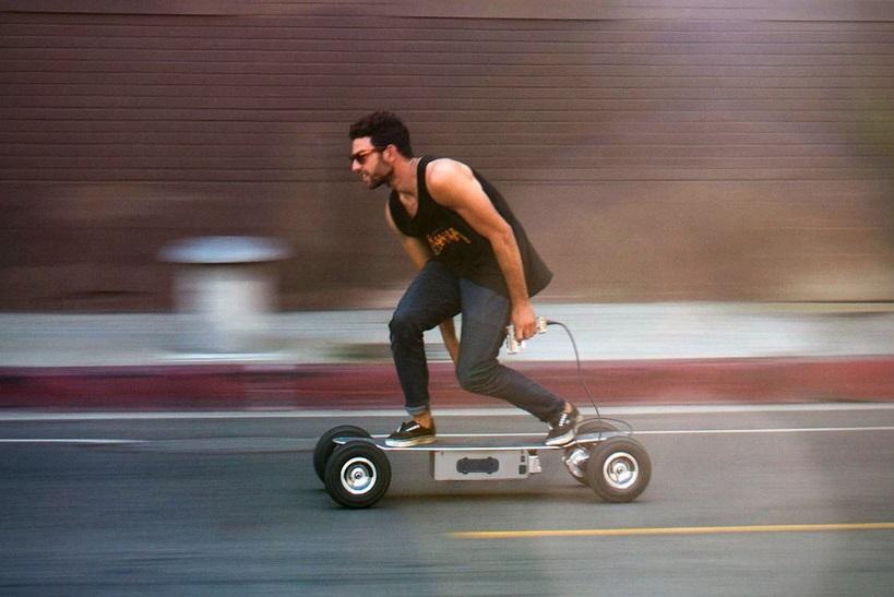 Une personne avec son longboard électrique tout terrain