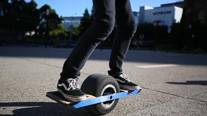 Skateboard électrique une roue sur la route